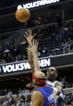 Wizards Jamison shoots against Pistons Villanueva in Washington