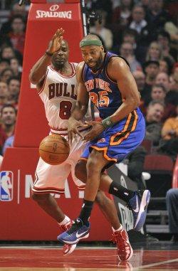 Knicks' Davis Loses Ball Against Bulls in Chicago