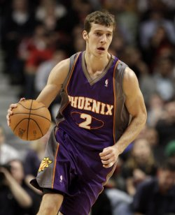 Suns Dragic brings ball up against Bulls in Chicago