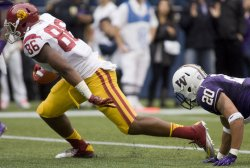 USC Trojans' tight end Xavier Grimble scores on a 18-yard touchdown pass from Matt Barkley while being defended by Washington Huskies Justin Glenn.