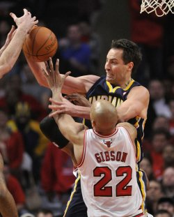 Bulsl Gibson and Pacers Foster go for rebound in Chicago