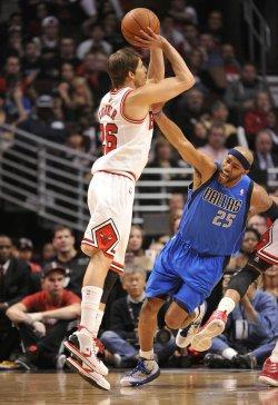 Bulls' Korver shoots over Mavericks' Carter in Chicago