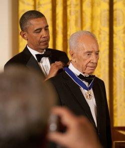 Israeli President Shimon Peres gets Medal of Freedom from President Obama in Washington, DC
