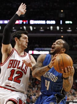 Magic's Nelson shoots as Bulls' Henrich defends in Chicago
