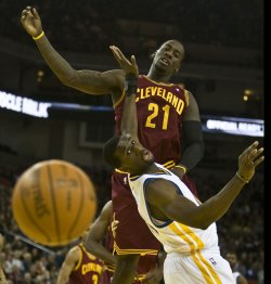 Cavaliers J.J. Hickson and Warriors Ekpe Udoh keep their eyes on the ball in Oakland, California