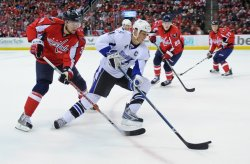 Capitals Steckel defends against Lightning Lecavalier in Washington