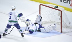 Canucks Luongo gives up game-winning goal against Blackhawks in Chicago