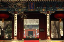 Chinese visit a temple as hazardous pollution hangs over Beijing