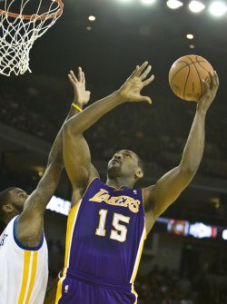 Lakers Robert Artest shoots over Warriors Dorell Wright in Oakland, California