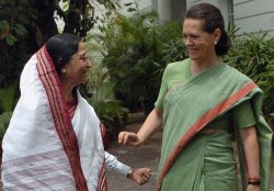 PRATHIBA PATIL WITH SONIA GANDHI IN NEW DELHI