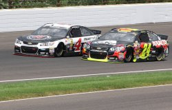 Jeff Gordon moves to pass Kevin Harvik in Brickyard 400