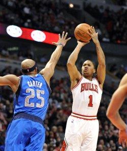 Bulls' Rose shoots over Mavericks' Carter in Chicago