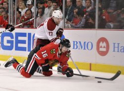 Blackhawks' Kruger and Coyotes' Vrbata go for puck in Chicago