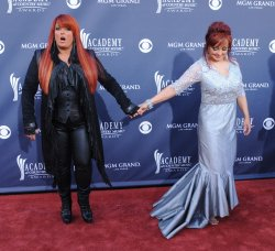 Wynonna Judd and Naomi Judd arrive at the 46th annual Country Music Awards in Las Vegas