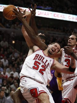 Bulls' Miller and Lakers' Artest go for rebound in Chicago