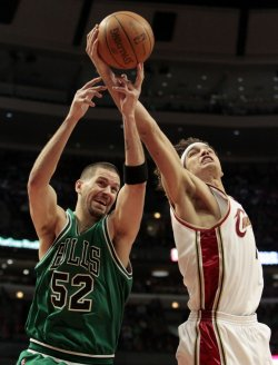 Cavaliers' Varejao grabs rebound from Bulls' Miller in Chicago