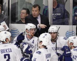 Canucks coach Vigneault talks to team in Chicago