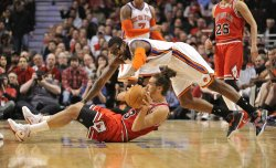 Bulls' Noah and Knicks' Stoudemire go for Ball in Chicago