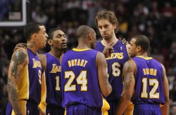 Lakers Bryant talks with teammates against Bulls in Chicago