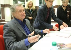 Regis Philbin makes stop in St. Louis on book tour