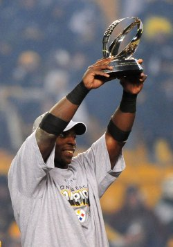 Steelers' running back Rashard Mendenhall holds up the Lamar Hunt Trophy in Pittsburgh