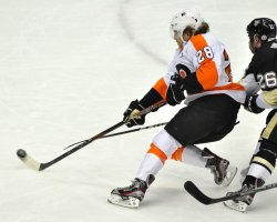 Flyers Giroux Assisits on Short Handed Goal in Pittsburgh