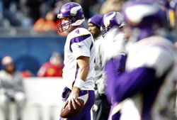 Vikings Favre warms up before game against Bears in Chicago