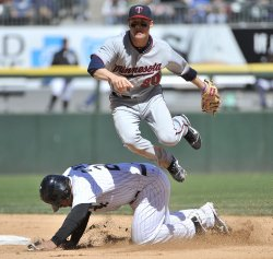 Twins Tolbert turns double play against White Sox in Chicago