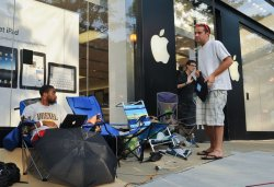 People line up for iPhone 4 release in Virginia