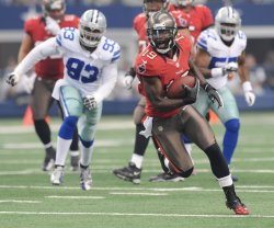 Tampa Bay Buccaneers Mike Williams catches a screen pass against the Dallas Cowboys in Arlington