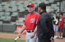 Nationals manager McLaren talks with White Sox GM Williams in Chicago