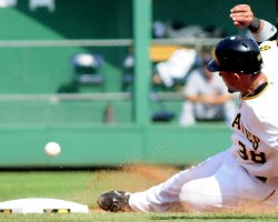 Pirates Xavier Paul steals second in Pittsburgh