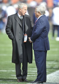 Patriots Kraft Browns Lerner on Sidelines in Cleveland