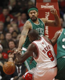 Celtics' Wallace knocks ball from Bulls' Deng in Chicago
