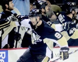 Pens Tyler Kennedy Scores in Third Period in Pittsburgh