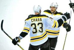 Bruins' Zdeno Chara is congratulated by teammates in Washington