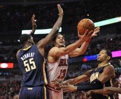 Pacers Hibbert fouls Bulls Noah in Chicago