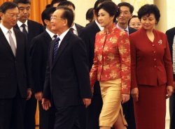 Chinese Prime Minister Wen and Thai counerpart Shinawatra attend welcoming ceremony in Beijing