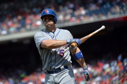 Mets' Yoenis Cespedes sits on the ground