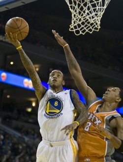 Warriors Monta Ellis shoots over Suns Channing Frye in Oakland, California