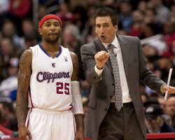 Los Angeles Clippers coach Vinny Del Negro(R) speaks to Clippers guard Mo Williams