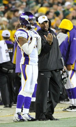 Vikings coach Frazier talks with Griffin against Packers in Green Bay, Wisconsin