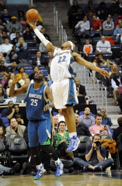 Wizards Singleton tips pass intended for Timberwolves Jefferson in Washington.