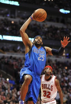 Mavericks' Carter Dunks on Bulls' Hamilton in Chicago