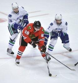 Blackhawks Kane keeps puck from Canucks in Chicago