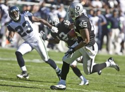 Raiders Marcel Reece scores TD in 33-3 win over Seahawks in Oakland, California