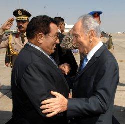 File Photo of Israeli President Shimon Peres Greeting Egyptian President Hosni Mubarak