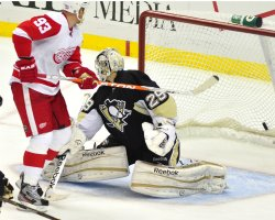Red Wings Franzen Scores on Penguins Macr-Andre Fleury in Pittsburgh