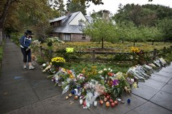 Impromptu shrine created in front of Steve Jobs home in Palo Alto