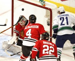 Canucks Raymond scores on Blackhawks Niemi in Chicago